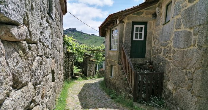 Aldeia de Cutelo, Rua e Casa Rústica