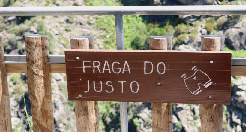 Miradouro Fraga do Justo, Placa